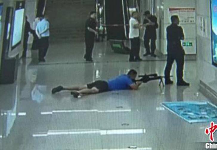Фото №1 - В Китае снайпер спецназа «снял» преступника, спрятавшись между ног у коллеги (видео)