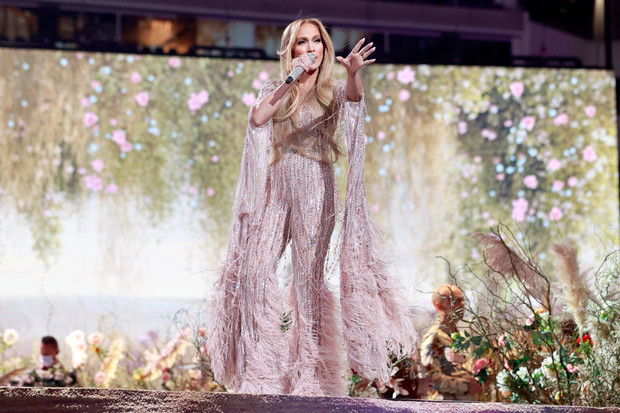 Фото №1 - Все-таки розовые перья— это очень красиво. И вдвойне— на Дженнифер Лопес