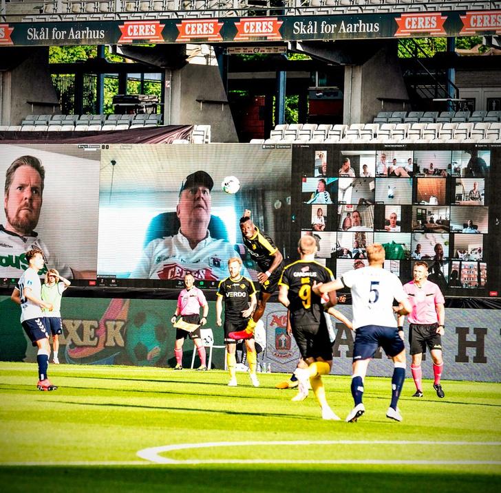 Фото №2 - На чемпионате Дании по футболу болельщиков выводили на трибуны по Zoom. И вот что видели игроки (фото)