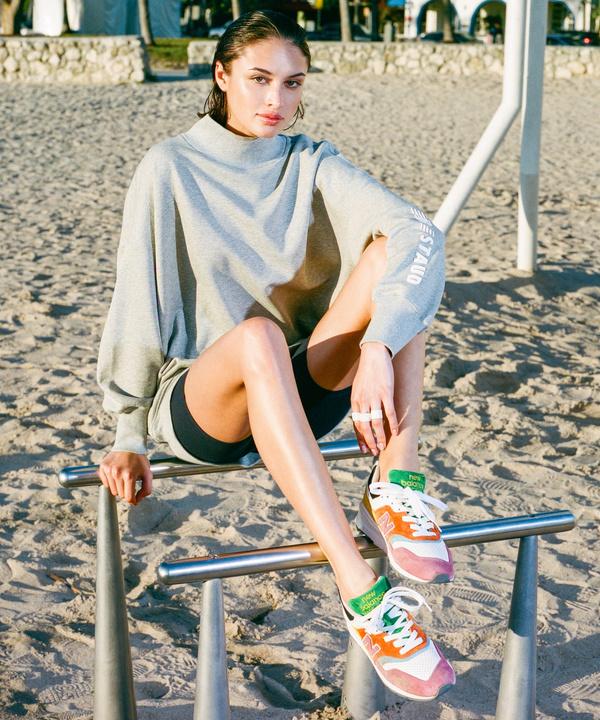 Яркие кроссовки и кеды на лето