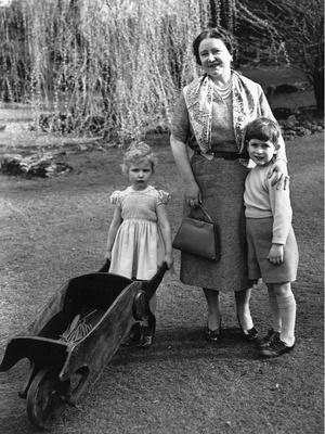 Фото №4 - Самые трогательные фотографии королевских бабушек и дедушек с внуками