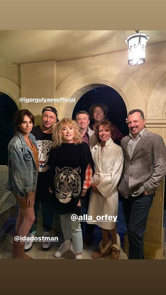 Фото №1 - Торт, «хищный» наряд и пианино: Примадонна красиво провела вечер с друзьями
