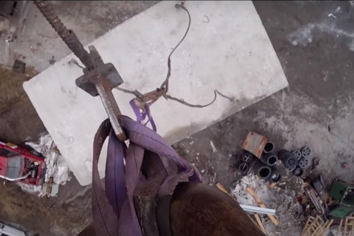 Фото №1 - Русские мужики любопытства ради сбросили на BMW бетонную плиту весом 1,5 тонны (видео)