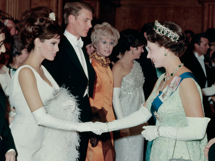 Фото №1 - Как звезды одевались на встречи с Королевой: от гламура Мэрилин Монро до латекса Леди Гаги