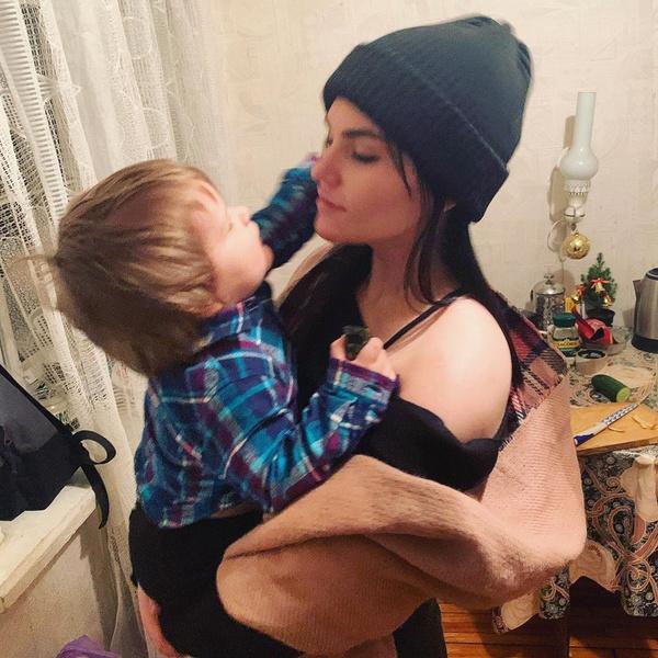 Фото №1 - Мария Шукшина увидела внука спустя полтора года после рождения