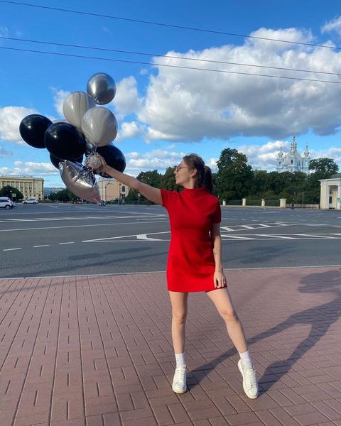 Фото №2 - Дочь Шнурова надела яркое мини-платье и собрала море комплиментов