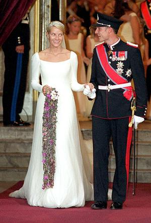 Фото №9 - Почему свадебное платье Меган Маркл было таким скромным (на самом деле)