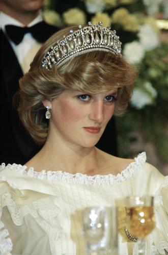 Фото №13 - Какую тиару Елизавета II одолжит Меган Маркл на свадьбу: делаем ставки