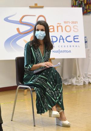 Фото №1 - Изумрудное платье и обувь, которая сочетается с любым летним нарядом: королева Летиция в Наварре