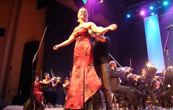 Фото №1 - Мать Греты Тунберг в видео, в котором у нее якобы спадает платье прямо во время концерта