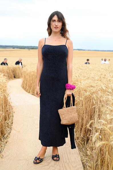Фото №1 - Что делает парижанка Жанна Дамас в элегантном платье в кровати посреди бескрайнего поля?