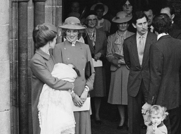 Фото №2 - Не только Меган: кого еще принц Чарльз вел к алтарю (и почему)