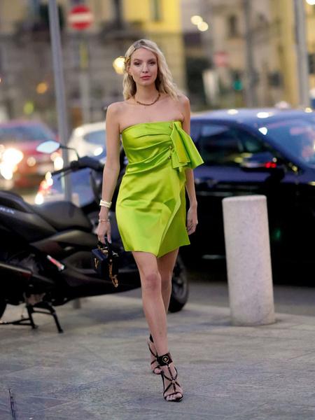 Стильные платья 2021. Мастхэвы сезона 2021. Актуальное платье. Модный наряд.. Стильное ассиметричное платье мини.