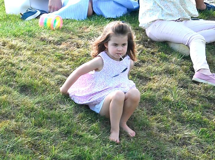 Фото №1 - Почему принцесса Шарлотта всегда в платьях