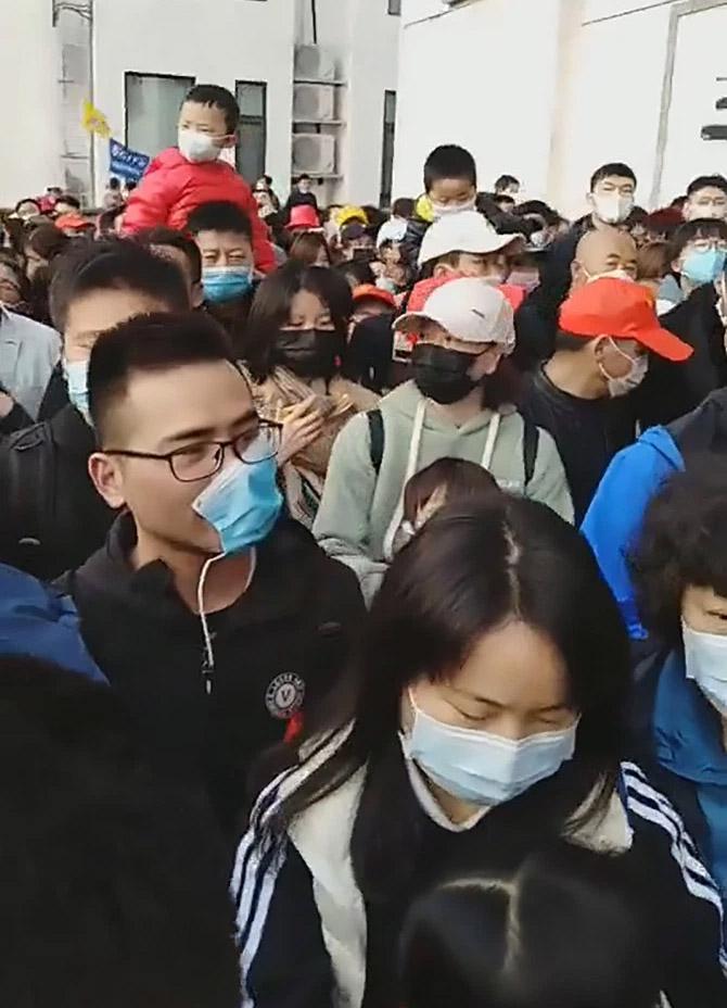 Фото №2 - Многотысячная толпа китайцев собралась в туристическом парке, открывшемся после коронавируса (видео)