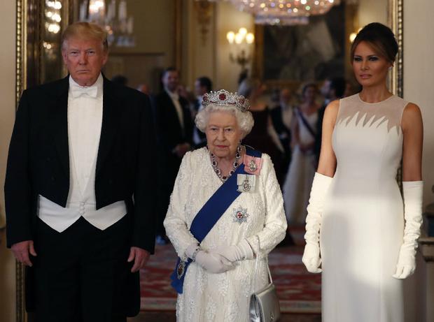 Фото №2 - Талисман Ее Величества: какое украшение защищает Елизавету от негатива