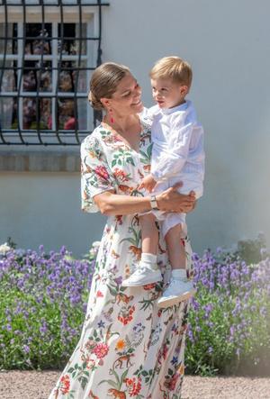 Фото №7 - Модный букет: как королевские особы носят цветочный принт