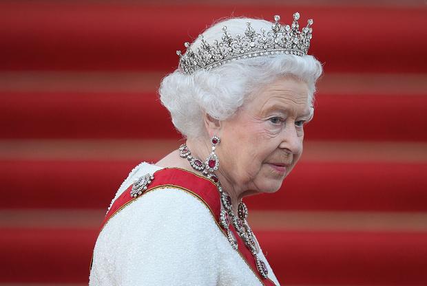 Фото №1 - Улыбка сквозь слезы: снимок с принцем Филиппом в аккаунте королевы заменили фотографией радостной Елизаветы