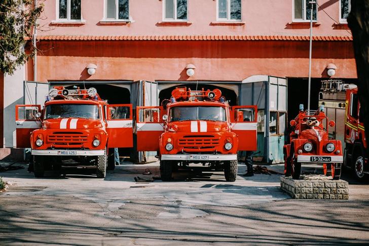 Фото №3 - Почему такси желтые, пожарные машины красные, а покрышки черные: происхождение цветов «по умолчанию»