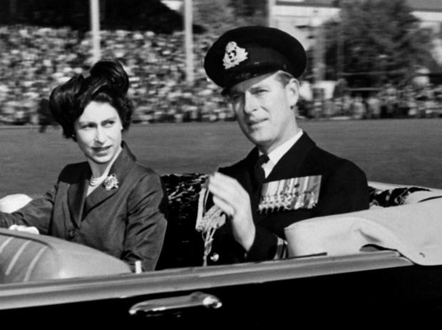 Фото №2 - Начало большой любви: первое совместное фото Елизаветы и принца Филиппа