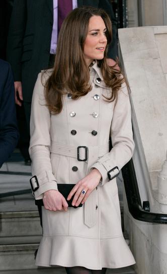 Фото №3 - Выбирая классику: как королевские особы носят тренчи