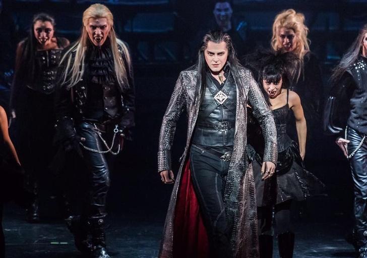 Фото №1 - Сексуально опасен: Питт, Козловский и еще 9 красавцев-вампиров