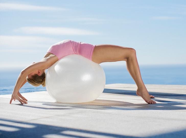 Фото №2 - Девушка на шаре: комплекс упражнений с фитболом