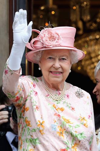 Фото №15 - Как отличить Королеву: каблук 5 см, сумка Launer, яркое пальто и никаких брюк