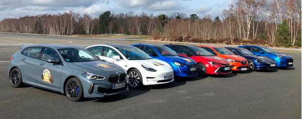Все финалисты «Европейского автомобиля 2020 года» на одном снимке. Слева направо: Bmw 1-й серии, Tesla Model 3, Peugeot 208, Toyota Corolla, Renault Clio, Porsche Taycan, Ford Puma
