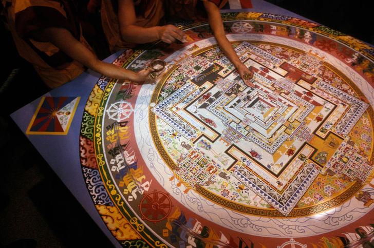 Фото №8 - Тайны дворца просветления: кто, как и зачем создает буддистские мандалы