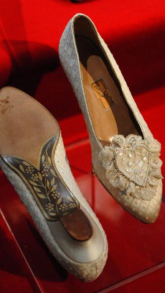 Фото №15 - От Елизаветы II до принцессы Беатрис: в каких туфлях выходили замуж принцессы