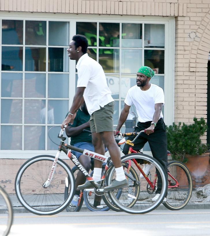 Фото №1 - Старый друг лучше новых двух: Tyler, The Creator и Фрэнк Оушен показывают, как одеваются на прогулку самые стильные парни