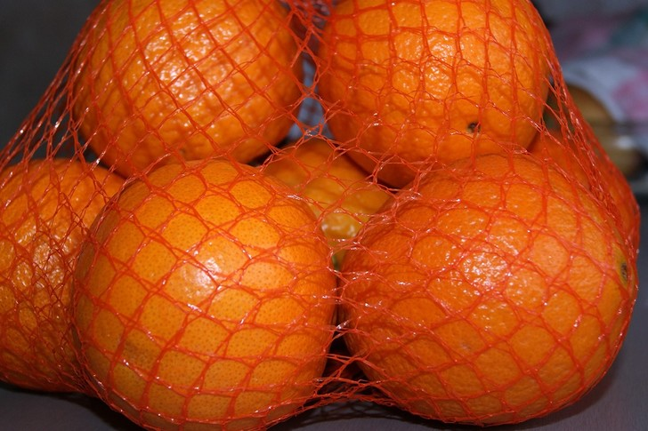 Фото №1 - Почему апельсины продают в сетках красного цвета?