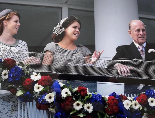 Фото №4 - «Мы все скучаем по тебе»: принцесса Евгения опубликовала редкие снимки принца Филиппа из семейного архива