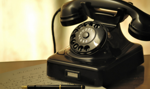 Фото №1 - Сообщите своим родственникам и соседям старше 65 лет важные телефоны. Им помогут