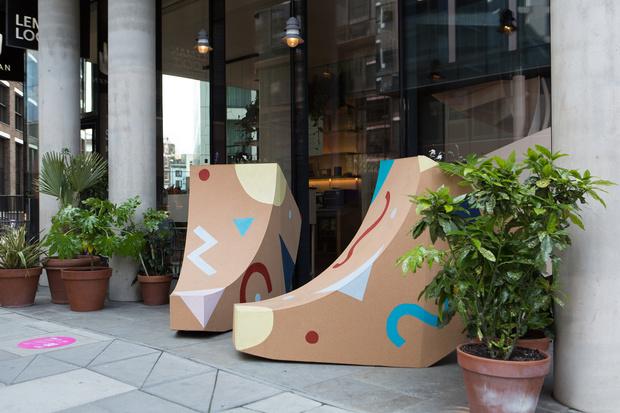 Фото №9 - Дизайнерские скамейки украсили улицы Лондона