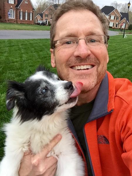 «Папа никогда не показывал, насколько он на самом деле любит нашу старую собаку»,— уверяют дети этого мужчины.