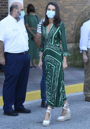 Фото №2 - Изумрудное платье и обувь, которая сочетается с любым летним нарядом: королева Летиция в Наварре