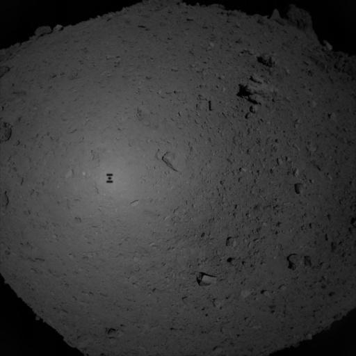 Фото №1 - «Хаябуса-2» собрал образцы с поверхности Рюгу и прислал «селфи»