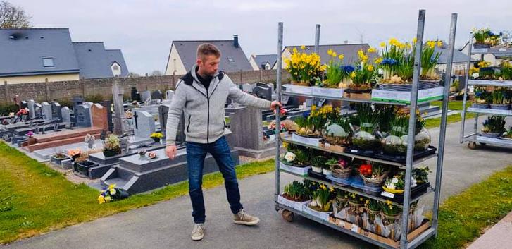 Фото №6 - История французского садовника, который украсил непроданными цветами целое кладбище, стала вирусной (фото)