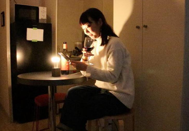 Фото №1 - Японская изобретательница создала лампочку, которая загорается всякий раз, когда кто-то сообщает в соцсетях о расставании