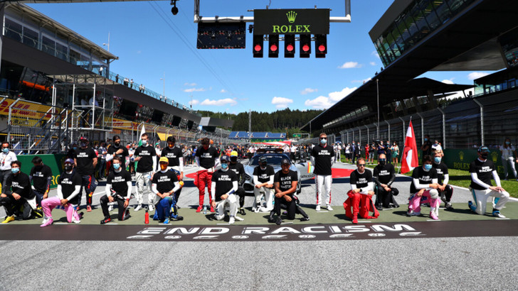 Фото №1 - Фото дня: пилоты «Формулы-1» преклоняют колено в знак солидарности с BLM