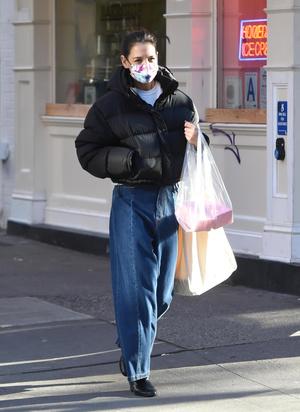 Фото №3 - Короткий пуховик + широкие джинсы: очень стильный образ Кэти Холмс
