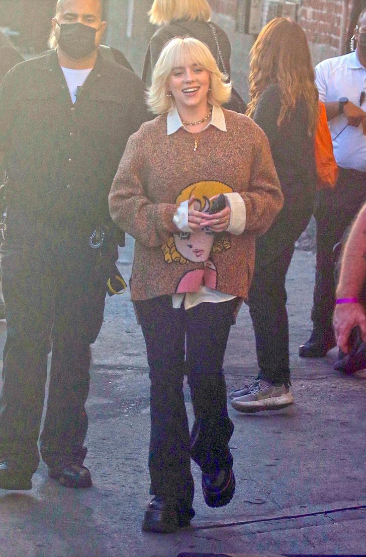 Фото №2 - Носите свитер с аниме как Билли Айлиш, если утро не задалось,— это поднимет вам настроение