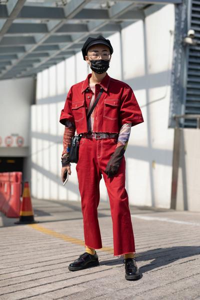 Фото №2 - Не болей: 4 способа стильно носить медицинскую маску
