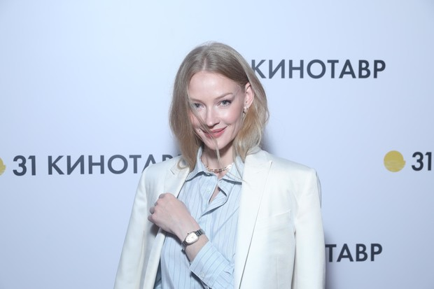 Фото №3 - Белый костюм + голубая рубашка: Светлана Ходченкова на фестивале «Кинотавр»