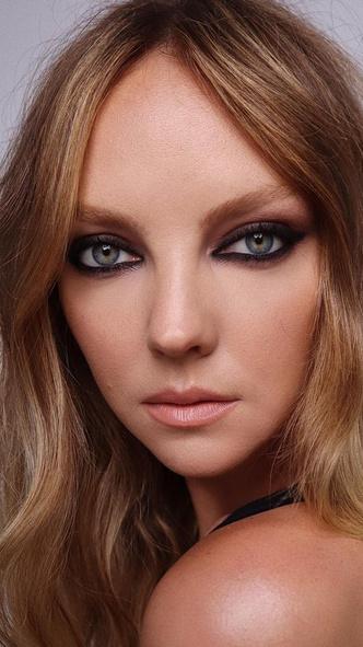 Фото №2 - 5 необычных вариантов макияжа со стрелками, которые покорят вас и окружающих