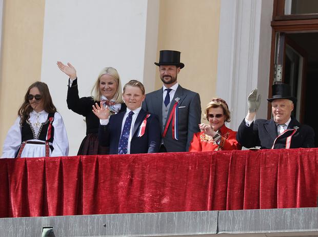 Фото №1 - Норвежские принцесса и королева показали класс в экономии на платьях