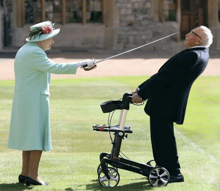 Фото №2 - Лучшие фотожабы на посвящение Елизаветой II в рыцари 100-летнего ветерана