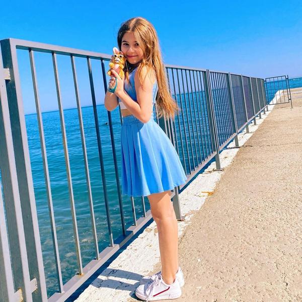 Фото №1 - Где купить: юбка и топ небесно-голубого цвета как у Миланы Хаметовой 💙
